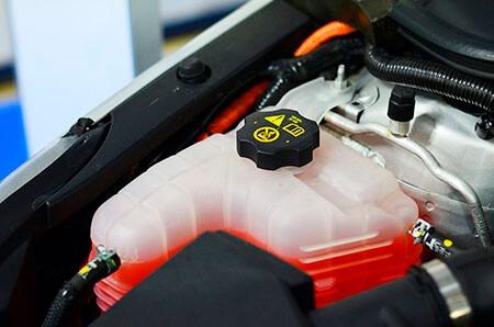 ¿Cómo cambiar el líquido refrigerante del coche?
